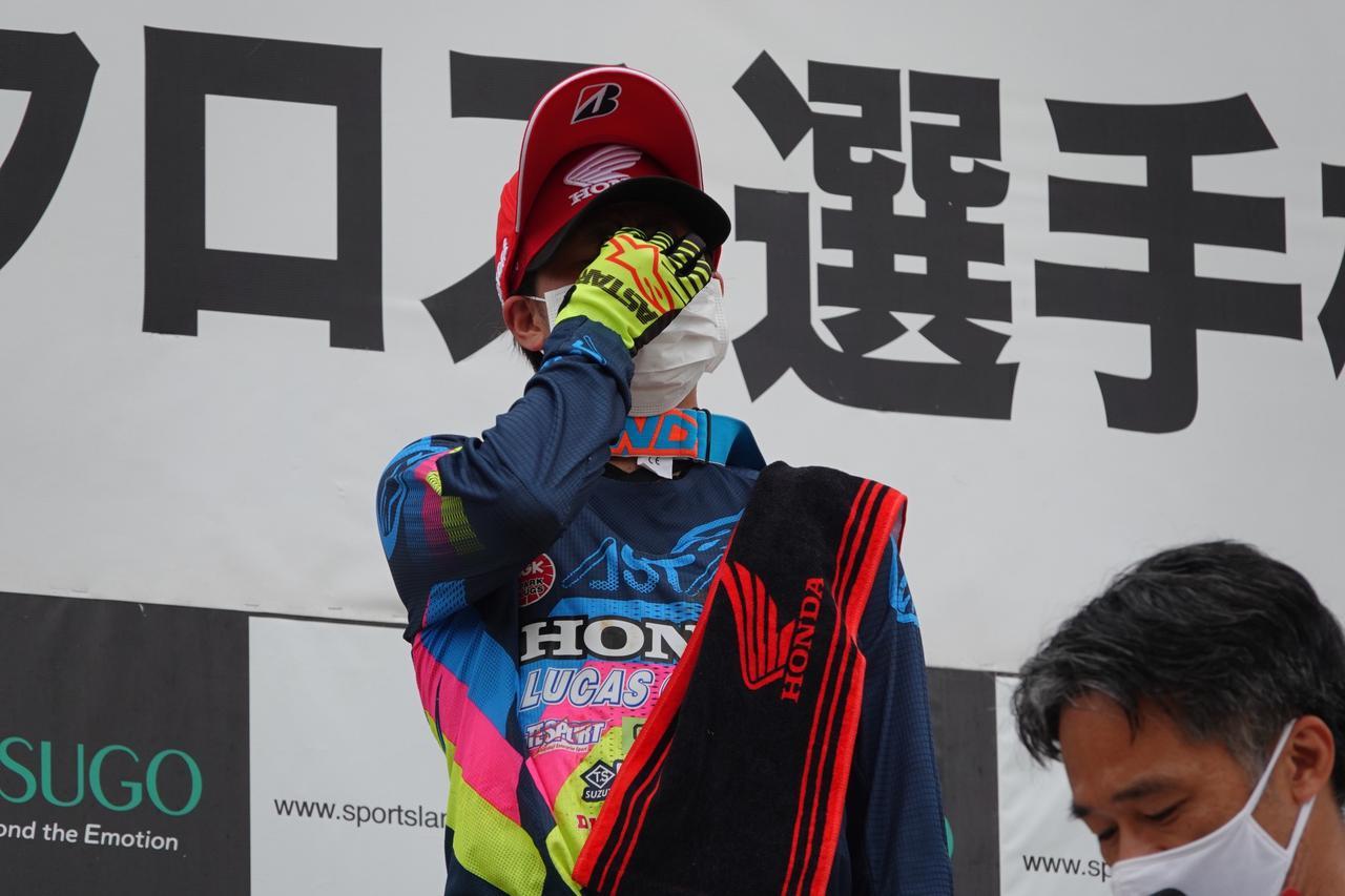 画像: 表彰台で涙を抑える川井選手。