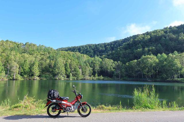 画像: 志賀草津道路沿線の木戸池。湖畔にバイクが寄せられて、しかも柵がない。ライダーにうってつけのフォトスポット。