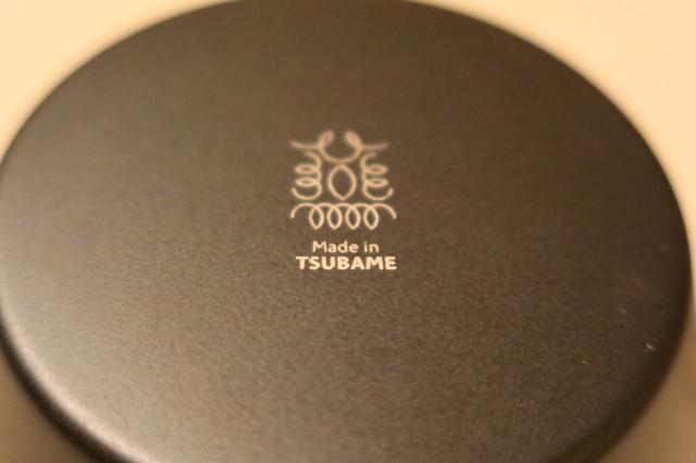 画像: 裏には「Made in TSUBAME」。燕の字をモチーフとしたロゴ。