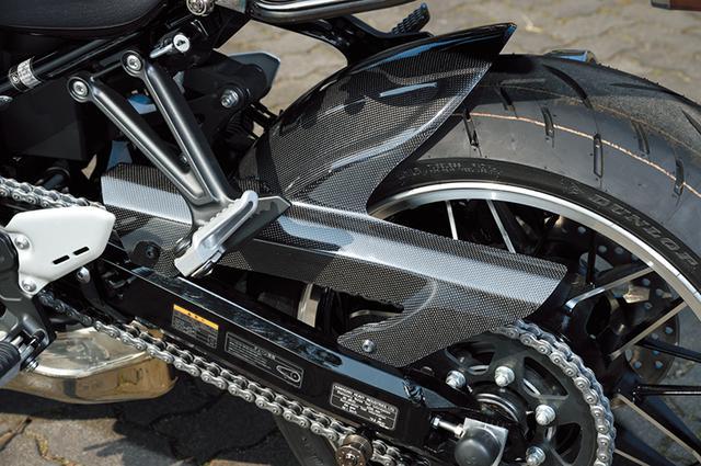 画像: 「カーボンリヤフェンダー Z900RS」はノーマルフェンダーより130mmロングの設定で、泥跳ねや水跳ねからの対汚れ効果を高めている。
