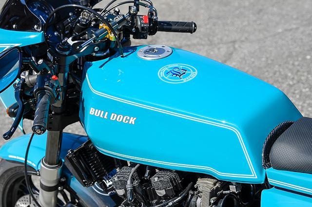 画像: スリムでスクエアな燃料タンクは、ブルドック・オリジナルのMccoyブランドによるアルミに換装。錆の心配もなく、車体の軽量化にも貢献する。白のラインもZ1-Rがモチーフだ。