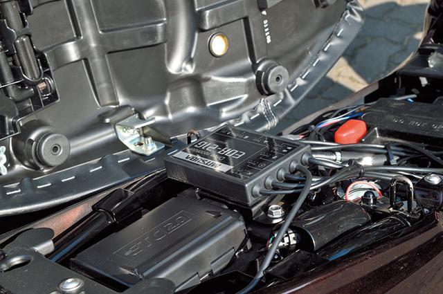 画像: ミツバ製バイク専用ドライブレコーターEDR-21Gがマウントできる「Z900RS専用ドライブレコーダーステーセット」。セットには本体(写真)/フロントカメラ/リヤカメラ/スイッチ/GPSアンテナ用の専用ステー(スチール製ブラックカチオン塗装仕上げ)が含まれる。