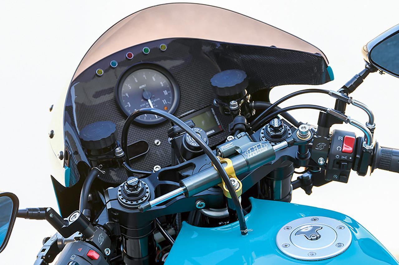 画像: インナーカウルに一体化したカーボンメーターパネルにはULTRA回転計/モトガジェットマルチメーター(速度等を表示)/ヨシムラ・プログレスメーター等を配置。ハンドルはセパレートでMccoyステム上にはコンパクトなハイパープロ・ステアリングダンパーをマウント。フレーム側にもこれを見込んだ加工がされている。