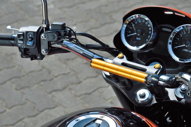 画像: ハンドルと共締めしてガジェットをマウントできる「スマートフォンフォルダーマウントZ900RS」も便利な装備。各種カラーから好みで選べる。