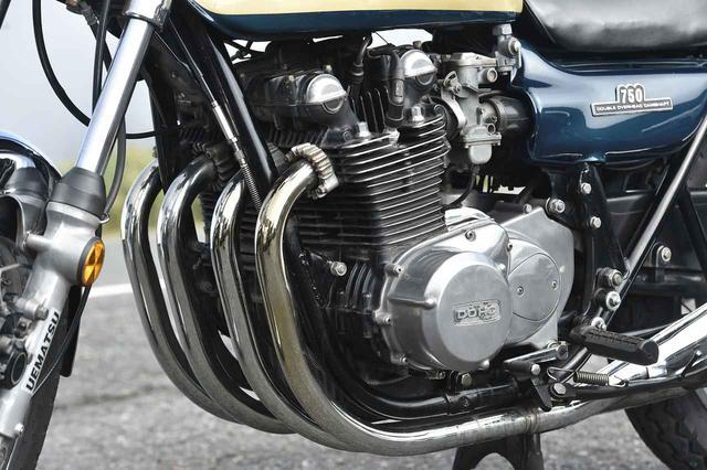 画像: エンジンは二次減速比もZ1 とは異なる。また、Z1 はZ1A 以降エンジンの色を黒ではなくシルバー地としたのに対し、Z2A は黒。キャブレターの口径は、Z1 のφ 28 に対しφ 26。
