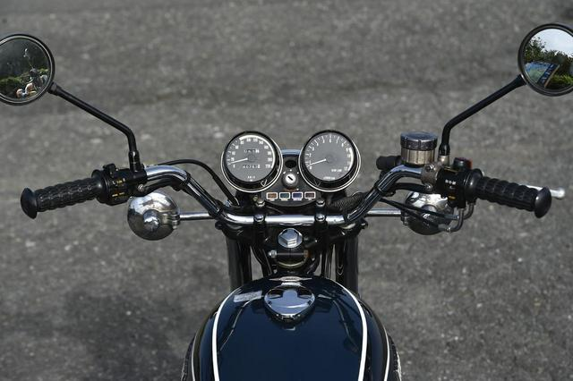 画像2: ハンドル幅は今回の3台中最も広く、この点も操作性に関係。速度計は220km / h 表示。