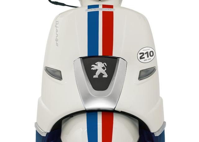 画像: フランス国旗である「青、白、赤」の3色(トリコロール)を表現したデカールです。