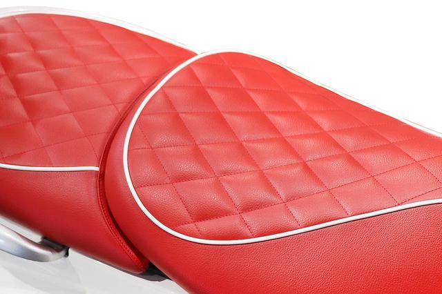 画像: 鮮やかなルージュ(フランス語で赤)の表皮に爽やかなホワイトパイピングを施した、210周年リミテッドエディション専用シートを採用。座面にはダイヤキルトデザインを採用することで、プジョーブランドの品格と独自性が強調されています。