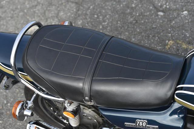 画像: シートは左右端が緩やかにカーブしており、足着き性は悪くない。