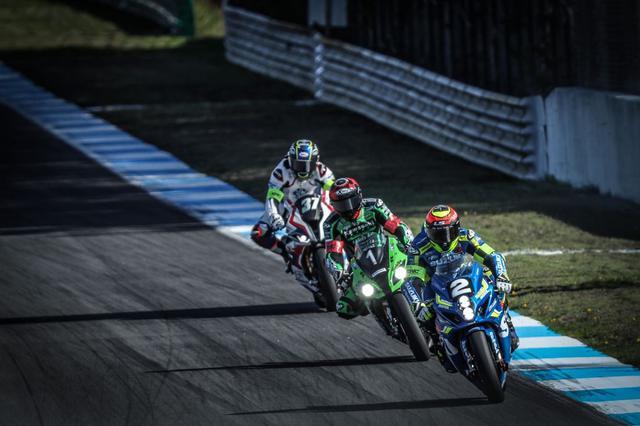 画像: レース序盤、SERTとSRCカワサキ、BMWモトラッド ここにYARTとTSRが絡んでトップ集団を形成