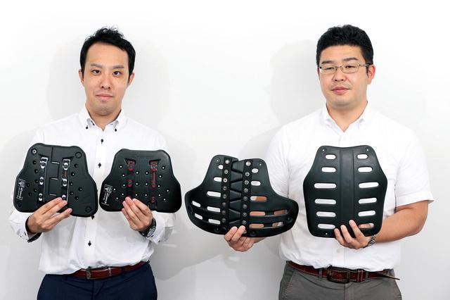 画像: 右から初期型ボディプロテクターと初期型セパレートタイプ。左側2つの最新型チェストプロテクターと比較すると、形もサイズも大きく異なる。
