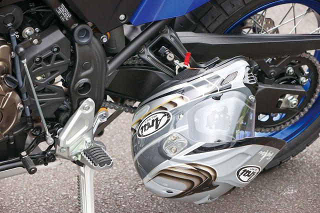 画像: 国内仕様はヘルメットホルダーを完備。ローシートとローダウンリンクで車高を約38㎜ダウンした「Low」もラインアップする。