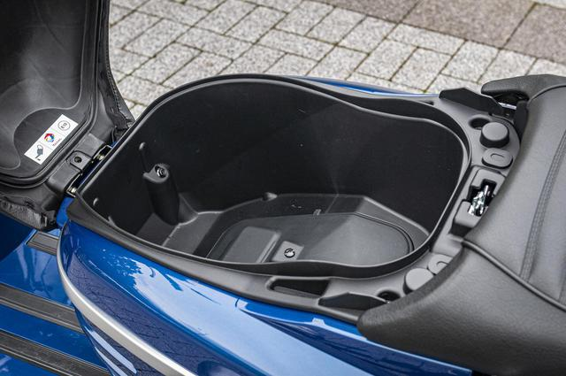 画像: 日常使いもツーリングにも便利なシート下はトランクスペースとして使用できる