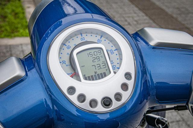画像: 時計やガソリン残量計も備えた多機能メーター