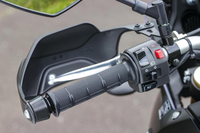 画像: 電子制御デバイスはABS以外ないので、ハンドルスイッチ周りもシンプル。フューエルキャップはキーで取り外すタイプ。