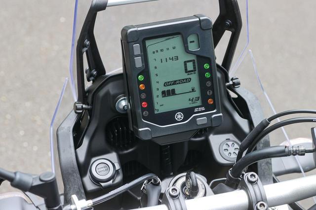 画像: ユニークな角形メーター。バーグラフ式タコメーターのレイアウトも独特。ABSはオンオフ切り替え可能な「オフロード」モードつき。
