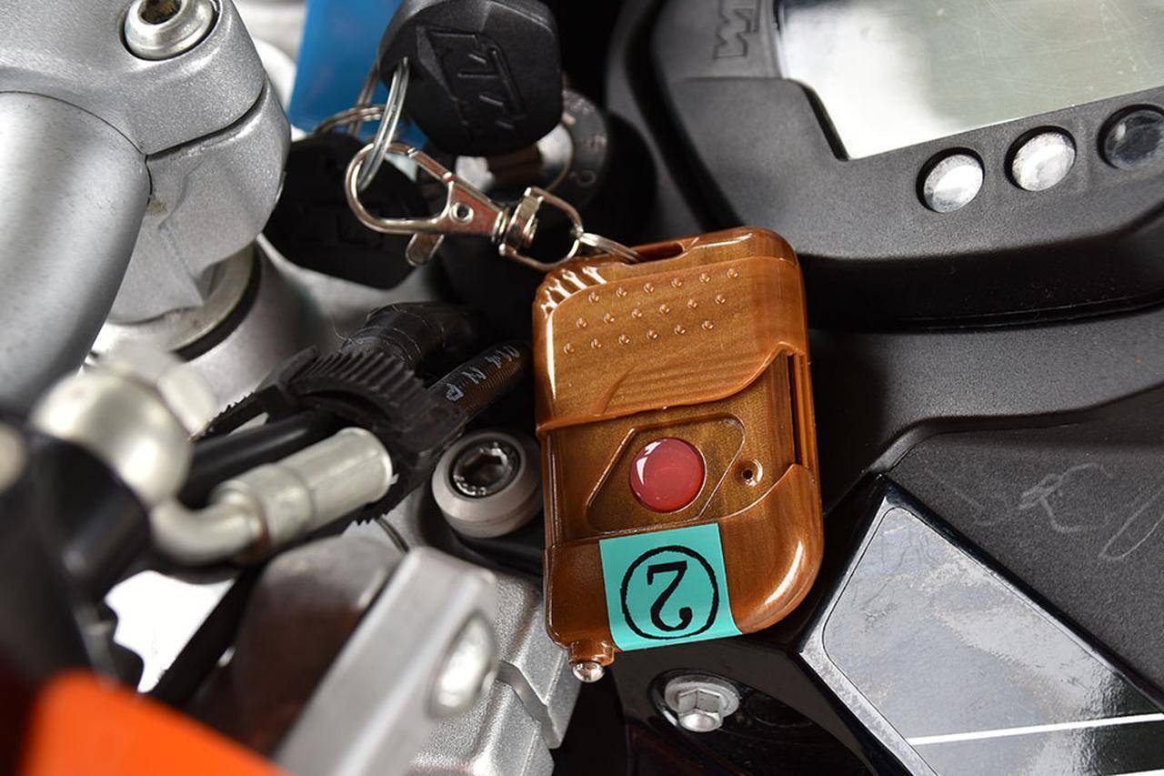 画像: それぞれの車両にエンジンを止めることができるリモコンを用意。走行中はスタッフの一人がこれを持ち、いつでも車両を止められるように準備している。