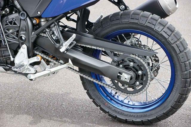 画像: 余裕あるストロークのショックを採用してオンもオフも快適に走破できる。標準装着タイヤはピレリのスコーピオンラリーSTR。