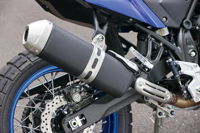 画像: ブラック仕上げのオーバルサイレンサーもスポーティで精悍なデザイン。触媒はフロント側に配置している。