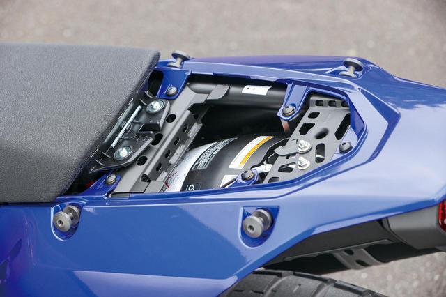 画像: シート後部は工具不要で脱着可能。内部はさすがに狭く、書類と工具が少し入る程度のスペースとなっている。