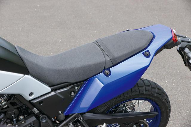 画像: シートは前後別体式だが、フラットな形状とすることでポジションの自由度を高め、オフロードライディングに対応している。
