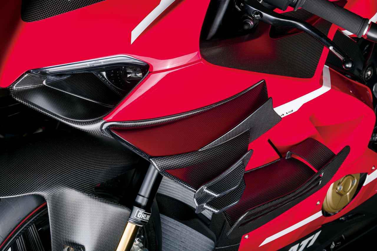 画像: バイプレーンウィングと呼ばれる、MotoGPマシン直系のドライカーボン製ウィングレット。グランプリで大きさの規制が入る以前のサイズと形状で、270㎞/hでパニガーレV4よりも20㎏高い、50㎏のダウンフォースを発生させるという。