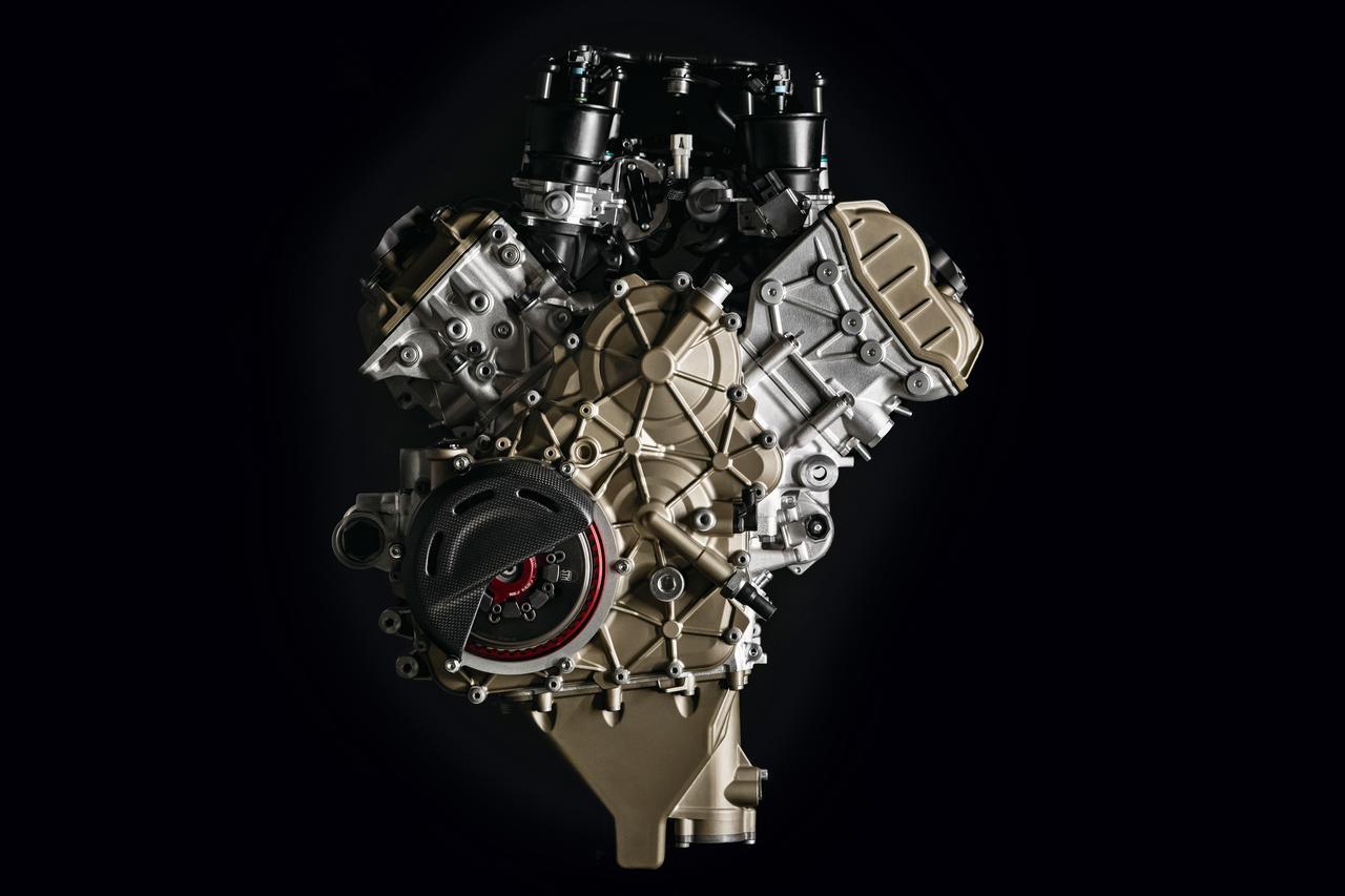画像: 998㏄のV4エンジン=デスモセディチ・ストラダーレRは、15250rpmで224PSを発揮。サーキット専用チタンフルエキを使用すると、最高出力は234psとなり、車両重量も6㎏軽量化される。ボア×ストロークはMotoGPマシンと同様の81×48.4㎜。