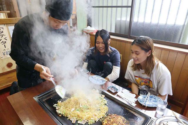画像: 富士宮焼きそばは「市内の4つの製麺業者の蒸し麺を使って、焼く時の水は富士山の湧水を使うこと」という厳しい条件がある。水を注したときのスペクタクルさといったら!