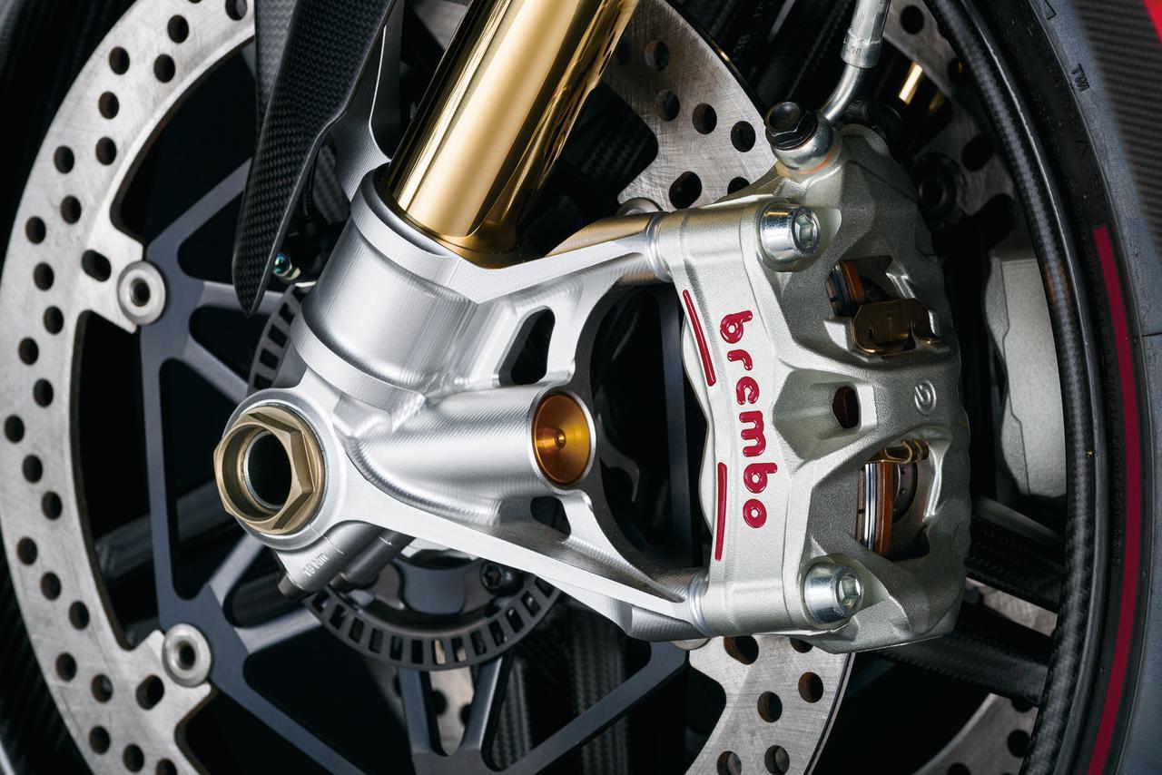 画像: ブレンボ製モノブロックキャリパーとΦ330㎜ローターの組み合わせは、世界中の市販モデルでも最高水準のブレーキシステム。キャリパーピストンにまで冷却用の穴が開けられ、連続するハードブレーキングでの引きしろを安定させている。