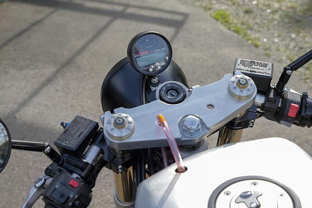 画像: ステムはXJR1300でハンドルはライザーを撤去した上でセパレート化。小型の丸型ワンボディメーターはエースウェルACE-4553だ。