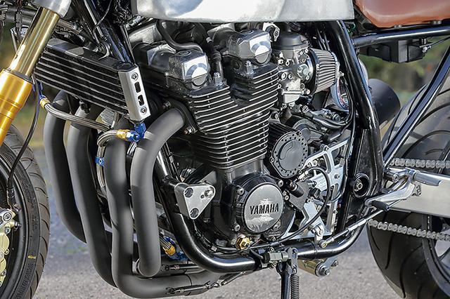 画像: DOHC4バルブ1250ccの空冷直4エンジンとBSR37キャブレターはXJR1300そのままで、オイルクーラーはツイン仕様。