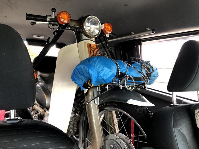 画像: ハイブリッドランプと究極タイダウンで不動カブでも積みおろしは快適。心は安定してつらい。