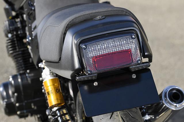 画像: テールライトはノーマル同様の角型ながら、LEDタイプに変更。その下側、ナンバー部との間には高輝度LEDによる小型ウインカーがセットされている。