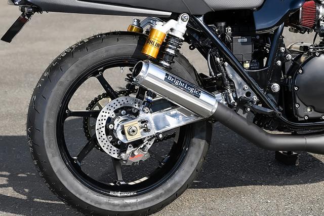 画像: 排気系はブライトロジックオリジナル。リヤブレーキはブレンボ2ピストン+サンスターディスクの組み合わせだ。