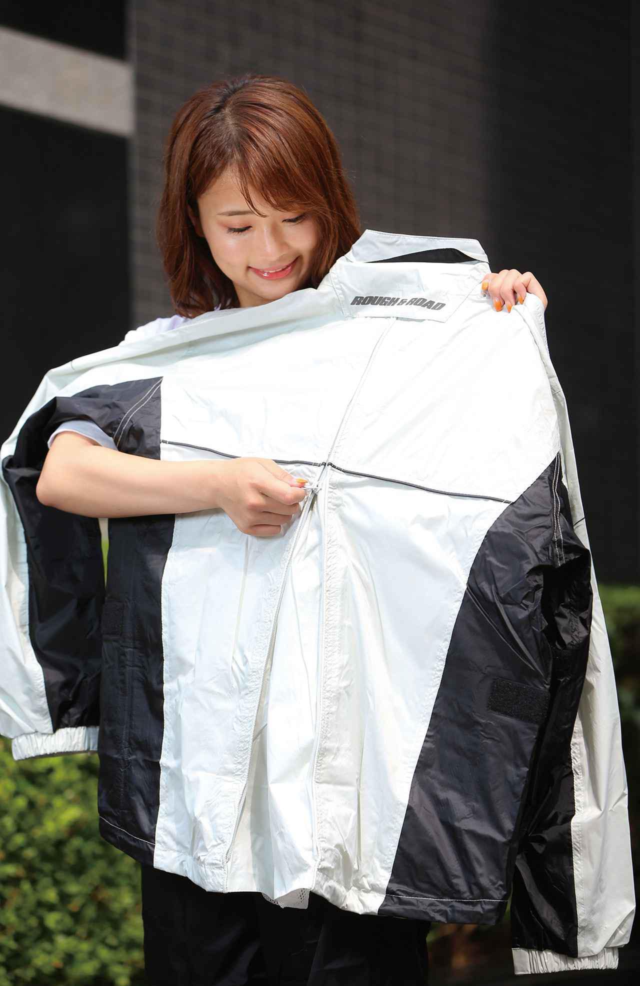 画像: 背中中央の縦長ファスナーを開くと深めのマチが現れる。ウエストバッグやヒップバッグ装着時はファスナーを半開程度にしておけばいい。
