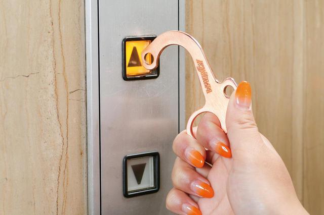 画像: 直接触れることがためらわれるボタンやスイッチ、ドアノブ、手すりなどをスムーズに操作できるように工夫された形状。力の加減もしやすい。