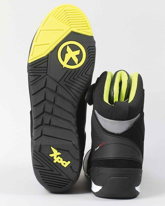 画像: ステップに引っかかりにくく、歩行も楽なソールはXPDオリジナル。後ろから見ると履き口周りの細さが判る。