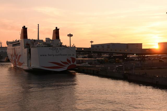 画像: 大阪南港出向前のさんふいらわあ あいぼり。夕陽がきれいで写真撮ってたら乗り遅れるところでしたw