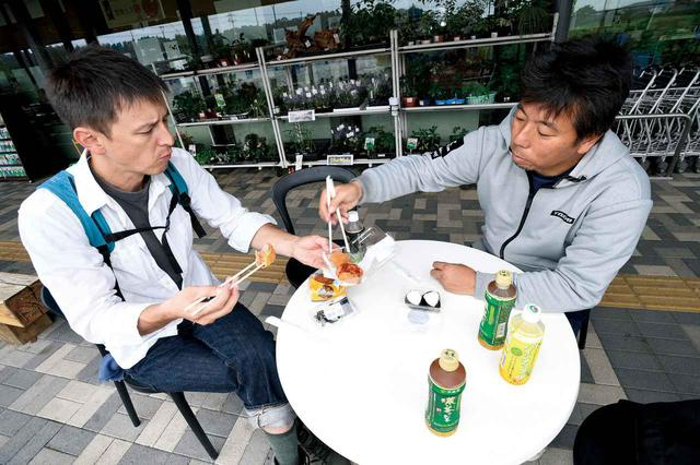 画像: レンコンのはさみ揚げ、食べてみて、って勧めたら、ロバ先輩ったら「うーん、美味い…か?これ。普通だ普通」ってちくしょう! あ、売店で売っていたおにぎりは酢飯です。