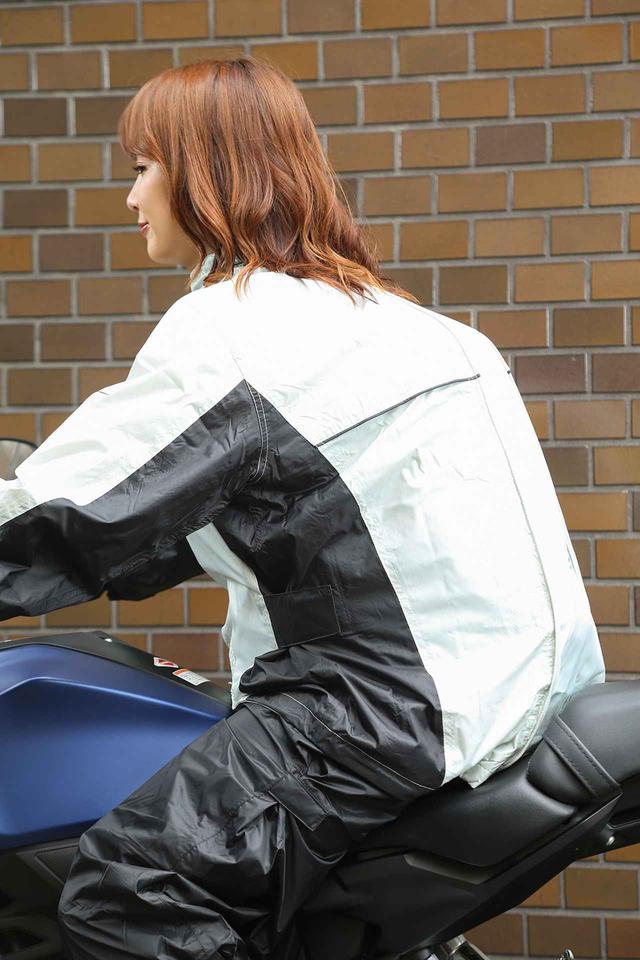 画像: かなり大きめのバックパックを背負った状態でレインウエアを着用しても窮屈にならない。デイパック+ウエストバッグでも問題なしだった。