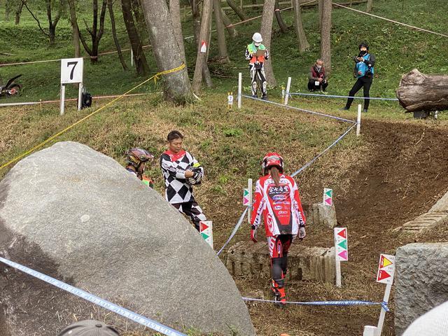 画像: 西村選手はセクションを歩いて通るラインを確認。岩の後ろで話し合っているのが絵里加選手組。