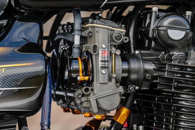 画像: キャブレターはTMR-MJNφ38mmのヨシムラ・デュアルスタックファンネル仕様。トップキャップやファンネルの色使いも各部に合わせてある。
