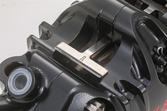 画像: ストリート使用を想定して、ブレーキパッドの鳴き止めにも有効なパッドスプリングも装備する。