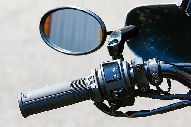 画像: ユーロタイプミラー(オーバル)は撮影時開発中だったが、完成。片方税込2750円。ノーマルと径がほぼ同じグリップヒーターGH07(写真はスイッチ一体タイプ)は実用性も高い。