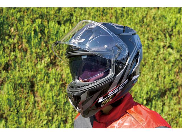 画像: インナーバイザーの開閉は、ヘルメットの左横(矢印の部分)にあるレバーで行なう。