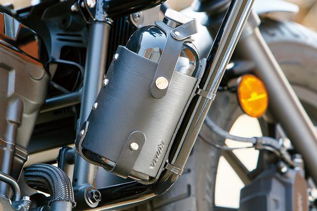 画像: ガソリンボトル&レザーホルダーセットは900cc容量で消防法適合品。航続距離が伸ばせる。このデモバイクでは、右側エンジンガードに取り付けている。