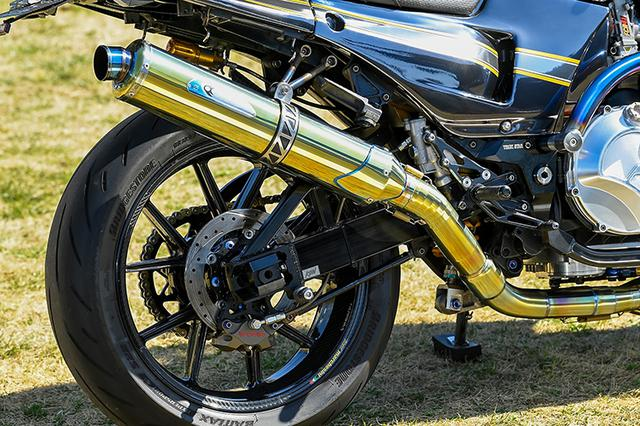 画像: 上側スタビ仕様のスイングアームはワンオフ品。ブレーキキャリパーはブレンボ2ピストン。排気系はKファクトリー製チタンフルエキを選ぶ。