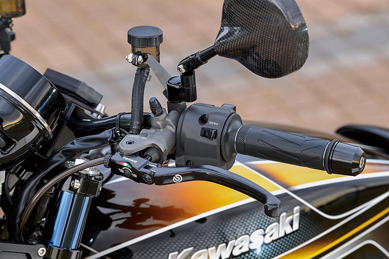 画像: クラッチは油圧駆動化した上でブレンボRCSφ16・ラジアルポンプマスターシリンダーをセット。フロントブレーキマスターもブレンボRCSでこちらはφ19を選択した。操作感や見た目の対称感などにも気を遣っている。ミラーはマジカルレーシング製カーボン。