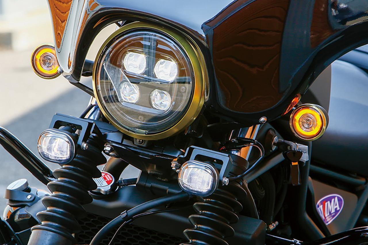 画像: ヘッドライトにはヘッドライトリム(ブラス[真鍮]製 みがき無。ほかにスチール製クロームめっきもある)を装着。その下左右にはLEDフォグランプキットをセット。霧や薄暮といった悪条件下での被視認性も高まるし、ルックスもまとまるアイデアだ。