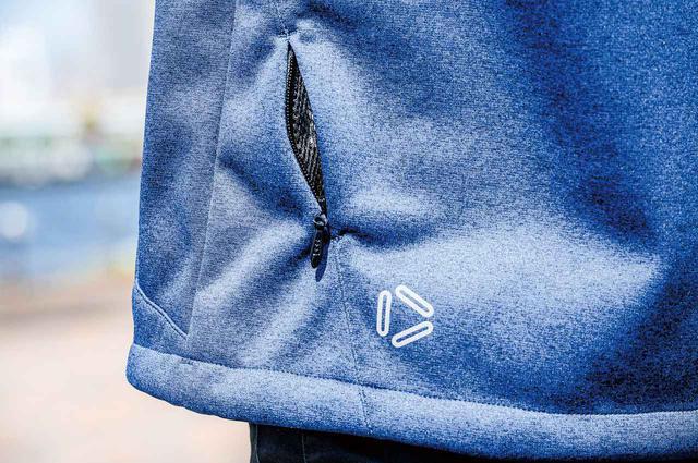 画像: 前腕と後裾にコンシールファスナーによるベンチレーションを装備。